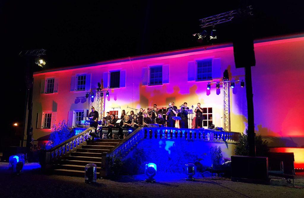 Die Big Band der Stadtkapelle Wertingen spielt auf der Terrasse.