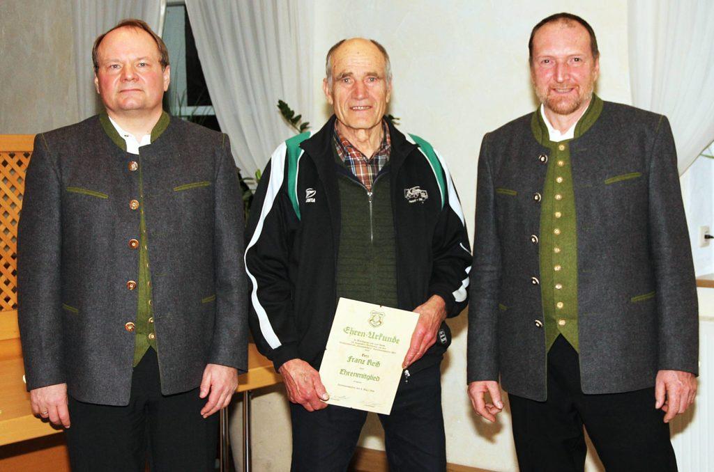 Franz Keiß wird im Rahmen der Jahresversammlung der Gottmannshofer Schützen zum Ehrenmitglied ernannt.