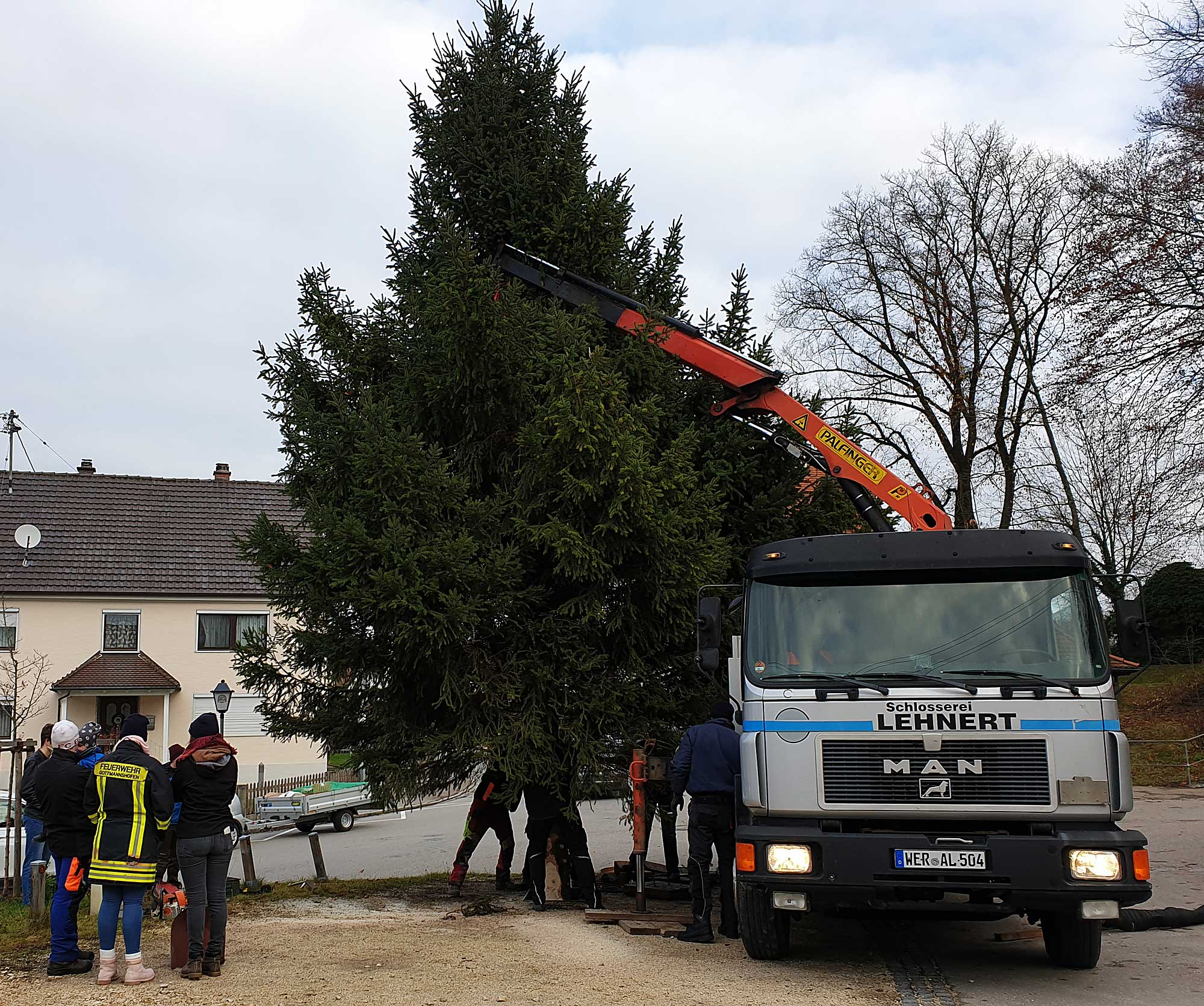 2019 Adventsmarkt in Gottmannshofen - Aufstellung des Christbaumes